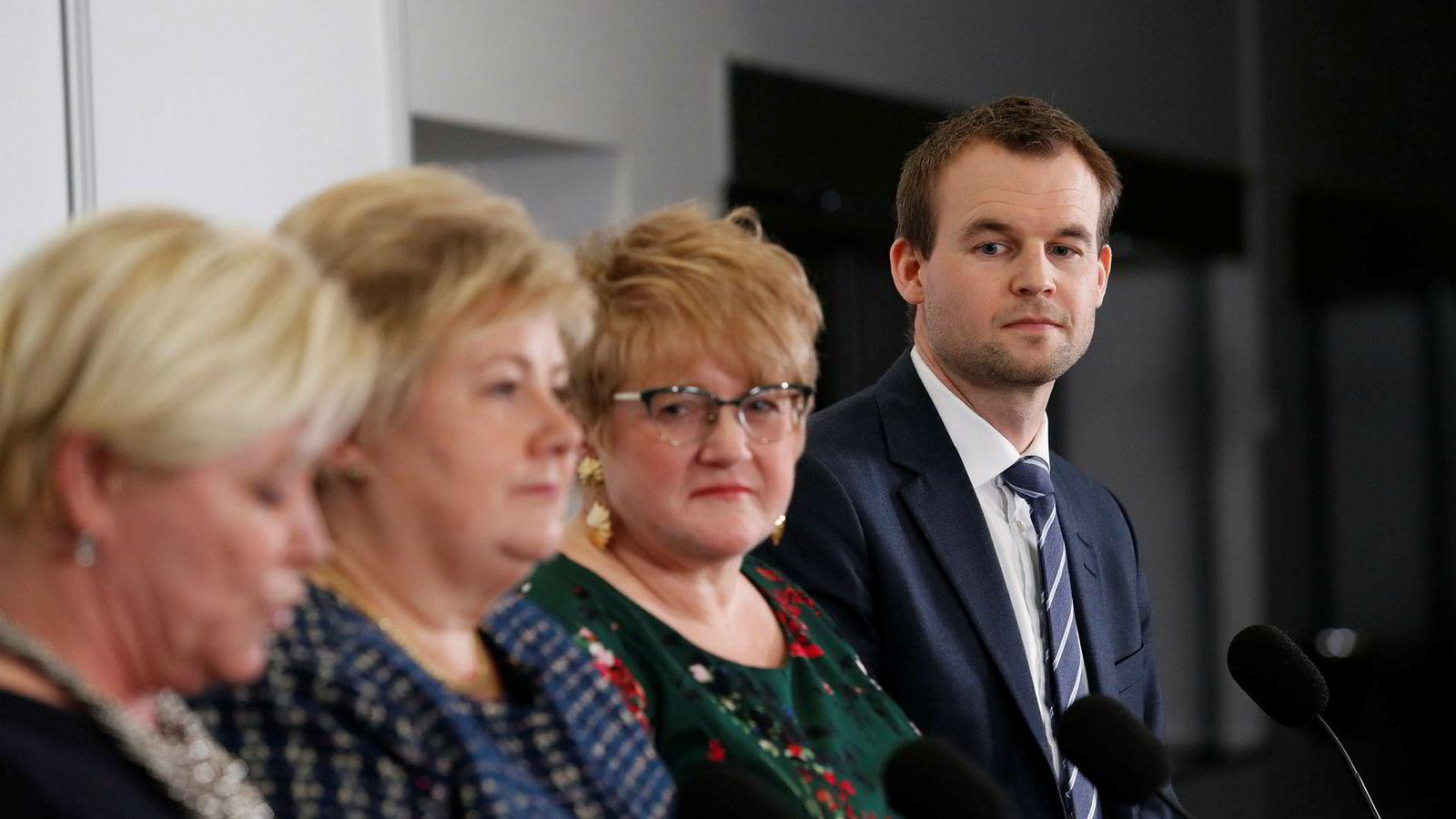 Siv Jensen (Frp), Erna Solberg (H), Trine Skei Grande (V) og Kjell Ingolf Ropstad (KrF) under pressekonferansen på Gardermoen torsdag kveld etter at landsstyremøtene sa ja til den fremforhandlede regjeringsplattformen.