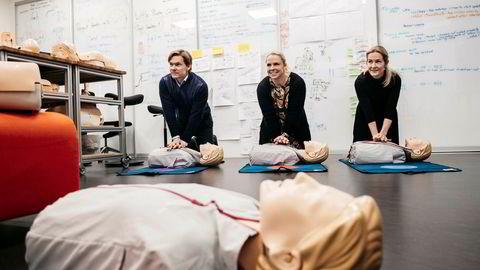 Alle tre Lærdal-barna jobber i familiekonsernet. Laerdal Medical er mest kjent for Anne-dukken. Her utfører (fra venstre) Jon Lærdal (39), Hanne Lærdal (42), og Ingrid Lærdal (35) hjertekompresjoner i henhold til opplæringsprogrammet.