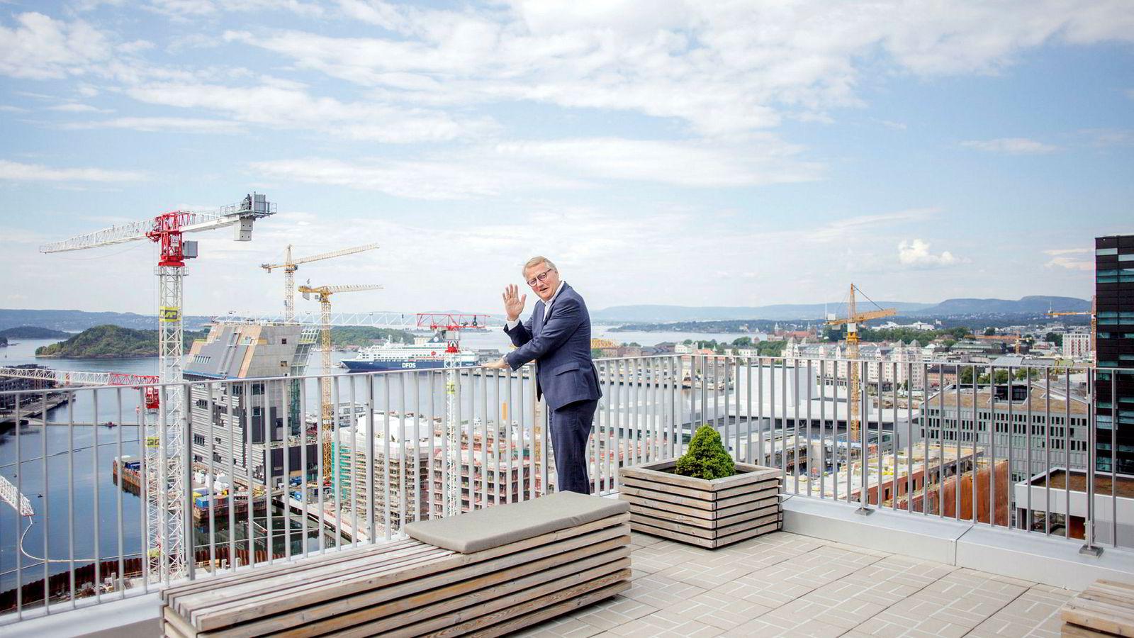 Rune Bjerke har bare få måneder igjen som DNB-sjef, men rakk så vidt å få med at banken passerte Nordea som mest verd i Norden, målt i børsverdi. Her fra hovedkontoret i Bjørvika i Oslo.