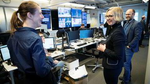 Sarah Sørheim (i midten) er ansatt som nyhetsredaktør i NTB. Hun kommer fra jobben som kulturredaktør i Aftenposten. Her ønskes hun velkommen til redaksjonen av NTBs sjefredaktør Mads Yngve Storvik (til høyre) og journalistene Helle Høiness og Frode Kvam.
