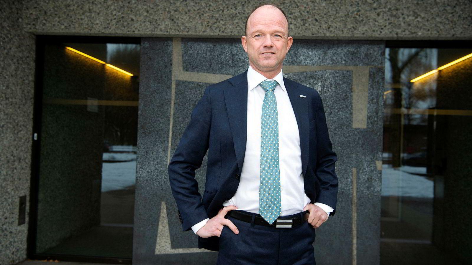 NHOs ferske direktør Ole Erik Almlid ender hos Riksmeklingsmannen med YS og LO.