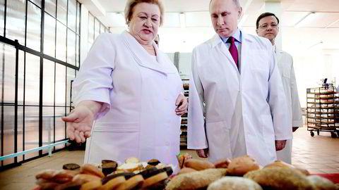 Russlands president Vladimir Putin vinner valget på søndag klart, selv om han knapt har drevet valgkamp. Men sist uke besøkte han en søtvarefabrikk i byen Samara. Foto: Alexei Druzhinin/AFP/NTB Scanpix