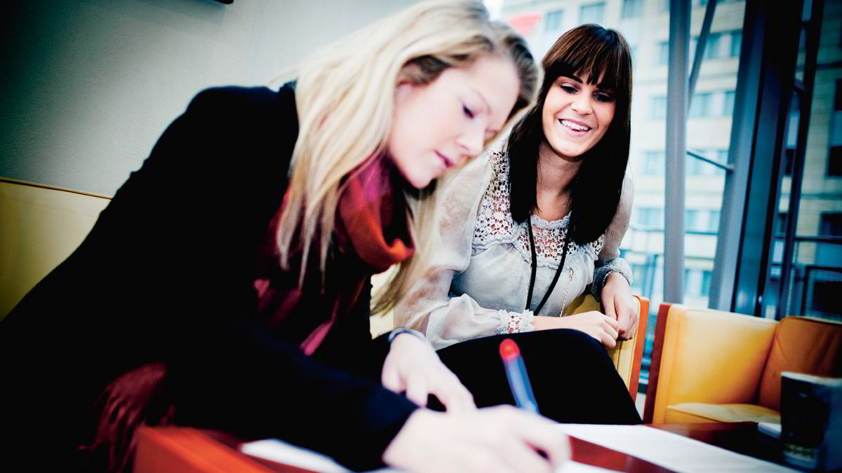 GOD JOBBSØKNAD: Kristin Harneshaug Rød i Ernst & Young går gjennom jobbsøknaden som ga NHH-student Kristin Westergaard jobb.