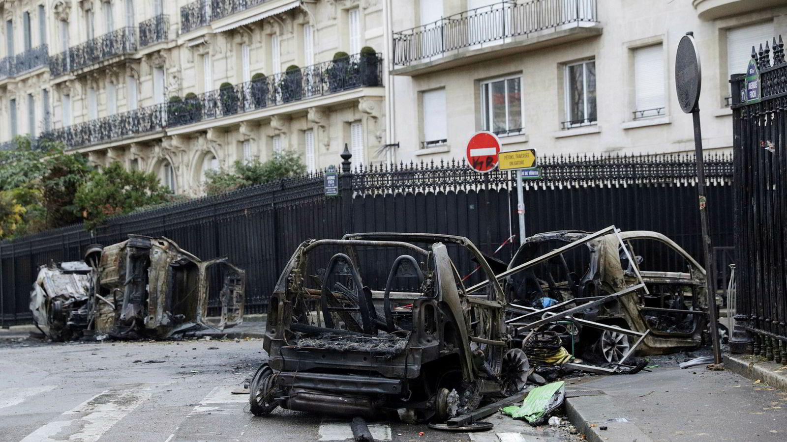 Lørdagens protester var de verste i Paris på flere år. En rekke biler ble satt i brann, og mange butikker ble plyndret og påtent.