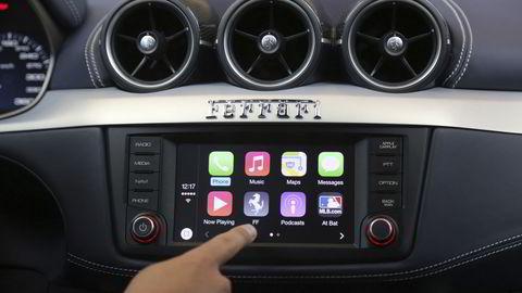 Nettjenester i biler blir det kanskje største vekstmarkedet for mobilt internett og tingenes internett (IoT), spår analytikere. Apple har skrinlagt sine planer om selvkjørende biler, men satser fortsatt på tjenesten Carplay som speiler innholder på iPhone til bilens skjerm. FOTO: Robert Galbraith / Reuters / NTB scanpix