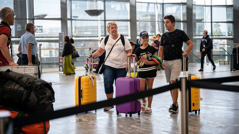 Helene Bråthen (46) og barna Alma Bråthen-Ahmed (8) og Adem Bråthen-Ahmed (12) skal fly til Tyrkia. De kjenner ikke på flyskam. – Jeg tenker ikke så mye på det, sier mor Helene Bråthen.