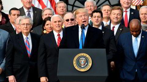 USAs president Donald Trump holder onsdag kveld seierstale utenfor Det hvite hus etter at skattereformen er vedtatt, flankert av republikanske støttespillere.