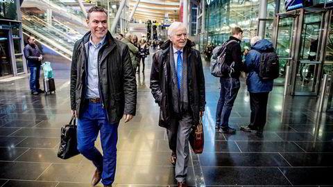 Njål Sævik og Per Sævik (til høyre) på vei til styremøte på Gardermoen etter at familierederiet Havila ble reddet i siste liten etter omkamp mellom bankene og obligasjonseierne.