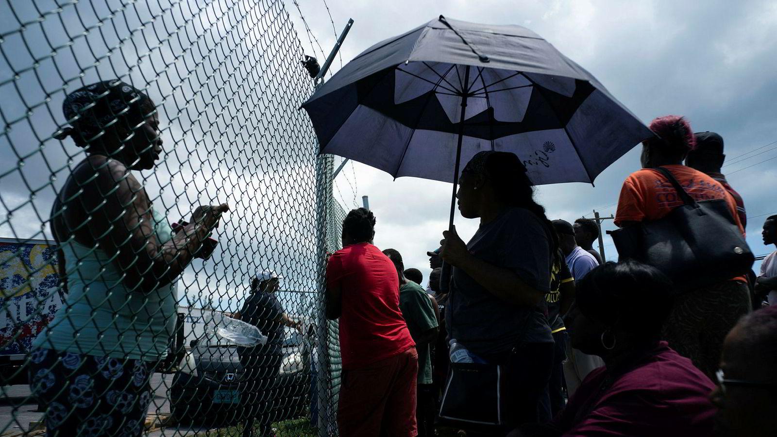 Folk har samlet seg i havnen i Freeport for å hente hjelp som familie og venner har sendt dem, etter at de ble rammet av orkanen Dorian.
