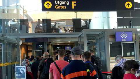 Kø foran passkontrollen på Oslo lufthavn i fjor.