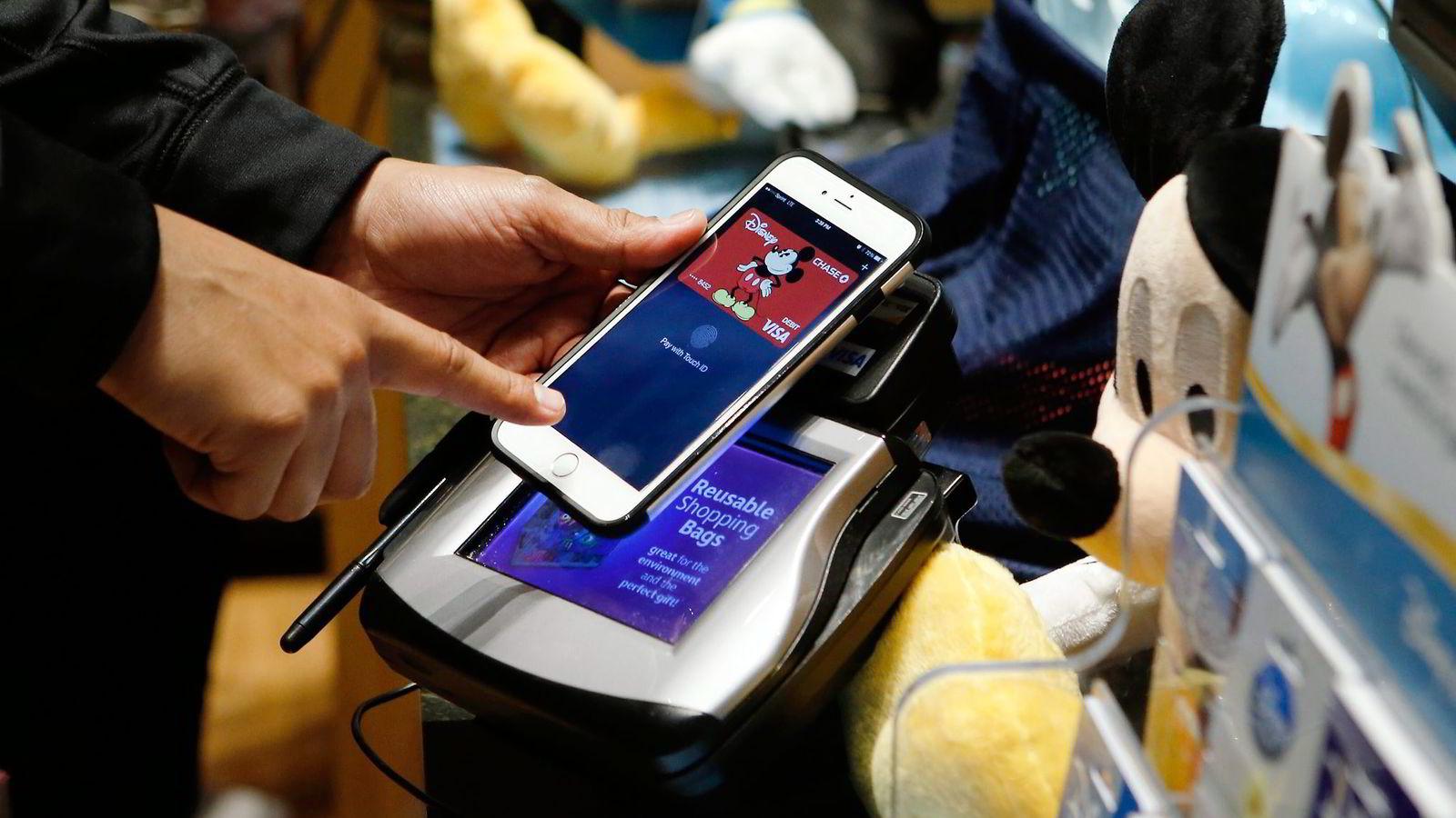 Det dukker stadig opp nye løsninger som søker å utfordre plastkorthegemoniet til MasterCard og Visa. Apple har lansert Apple Pay. Telenor og DNB ruller i disse dager ut mobilløsningen Valyou. Foto: Jason DeCrow, AP/NTB Scanpix