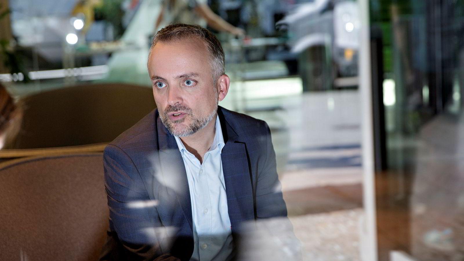 Jurist Jakob Bernhoft hos danske TV 2 i København onsdag, etter et intervju hos kanalen om den nye Danske Bank-rapporten. Til DN sier Bernhoft at rapporten tilfører lite nytt utover det som allerede var kjent.