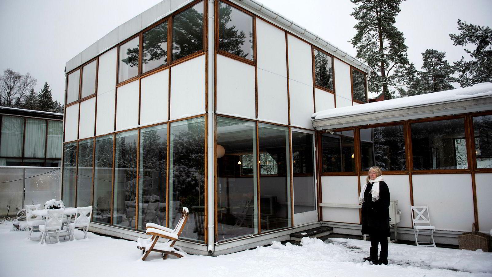 Marit Bergum Hansen er selgeren av arkitektboligen. Huset er en av tre boliger i en berømt husrekke på Vettakollen i Oslo tegnet av arkitekt Arne Korsmo og hans samarbeidspartner Christian Norberg-Schulz.