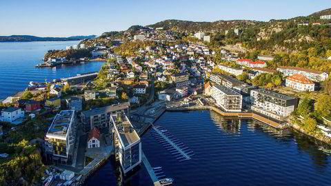 – Dette prosjektet har vi klart å rote oss bort på, sier Selvaag Boligsjef Baard Schumann om Nyhavn Brygge til høyre i bildet. Boligprosjektet ligger i Sandviken rett utenfor Bergen sentrum.