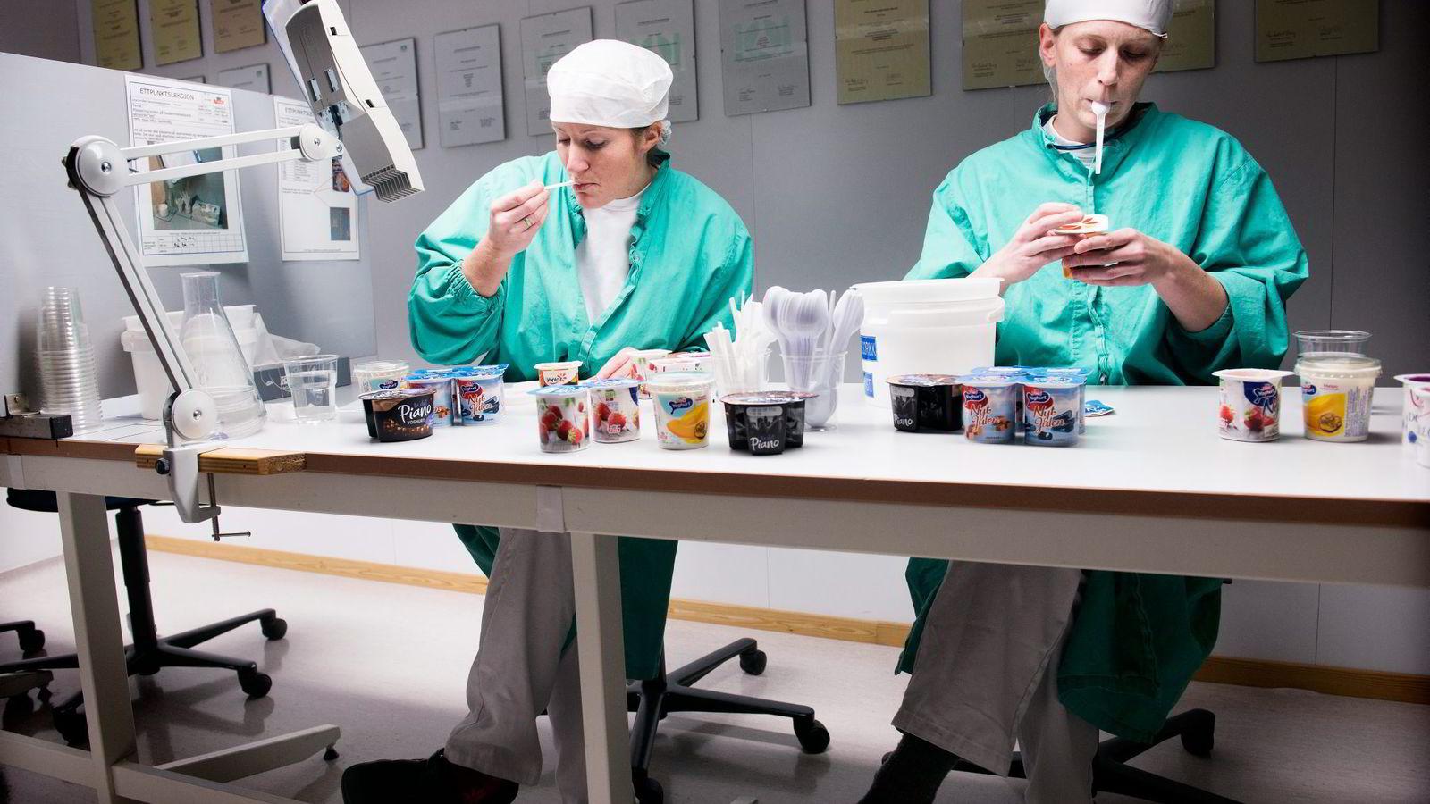 Marte Skurdal (til venstre) og Anne Kristin Kjernlie er begge godkjente produktdommere i Tine. Alle foto: Per Ståle Bugjerde