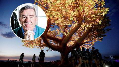 Festivalgåere danser foran «Tree of Tenere» på Burning Man-festivalen i Black Rock-ørkenen i Nevada i USA. Stein Erik Hagen ønsker å sette det opp i Sofienbergparken i Oslo.