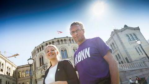 Solen skinner på Une Bastholm og Rasmus Hansson i Miljøpartiet de grønne utenfor Stortinget.