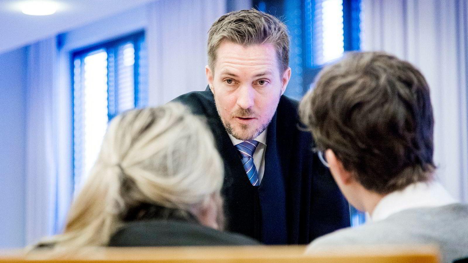 Henrik Kolderup ved Regjeringsadvokaten prosederer Konkurransetilsynets sak i tingretten, der tre av landets største forlag har stevnet tilsynet.