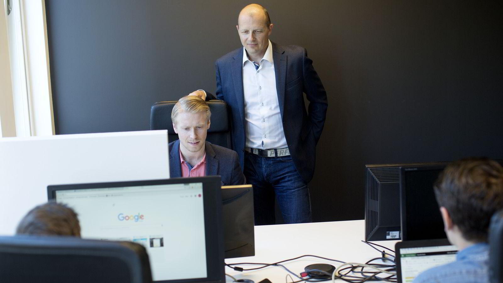 Daglig leder Pål Reinert Bredvei (t.h) og salgssjef Adrian Søbyskogen i Documaster har nettopp lukket en emisjon på 13 millioner kroner. Foto: