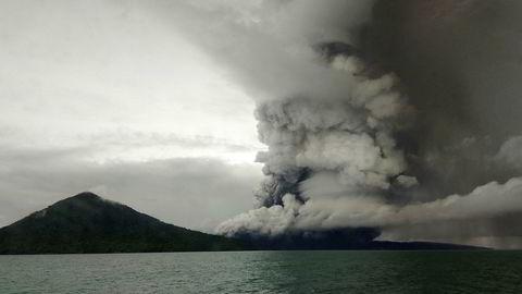 Utbruddet til vulkanen Anak Krakatoa fotografert fra et skip i Sunda-stredet andre juledag.