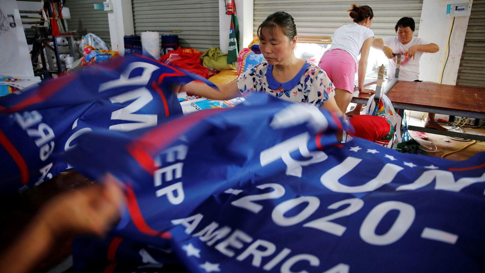 Banner med slagord for gjenvelgelse av Donald Trump i 2020 produseres på en fabrikk i Fuyang i Kina. Slagordet er «Keep America Great!»