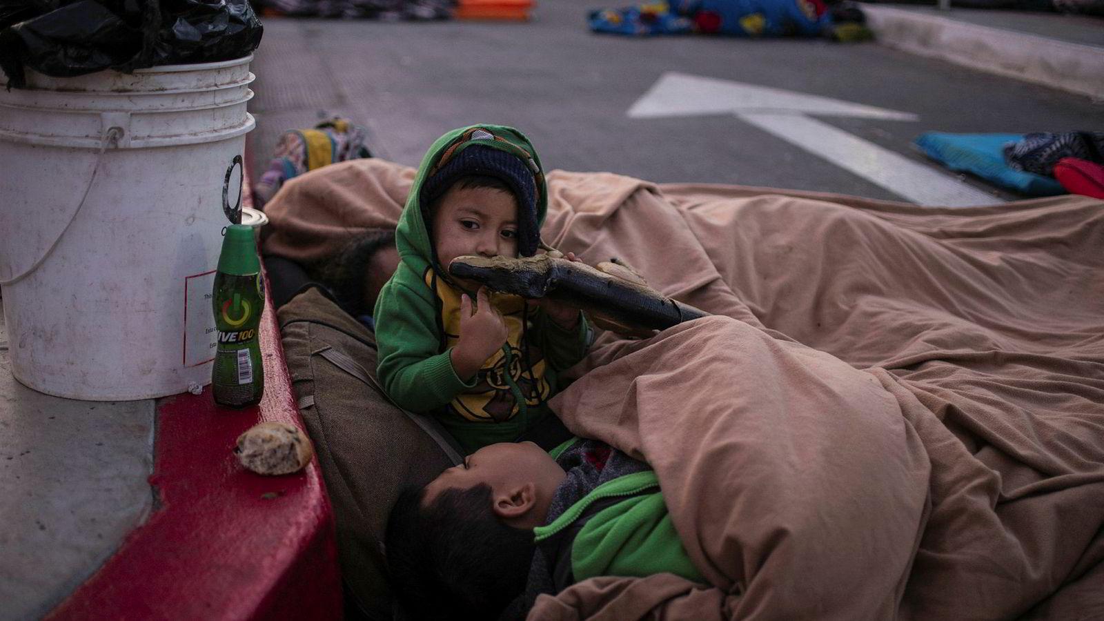 USA og Mexico krangler om disse barna fra Honduras, som sammen med familien venter på grensen i Tijuana for å søke asyl i USA.
