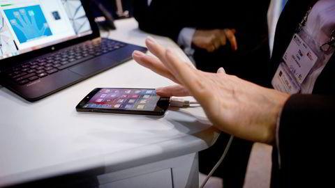 Idex demonstrerer fingeravtrykksensorer under mobilmessen i Barcelona. Foto: Mikaela Berg