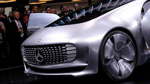 Politiet har gått til razziaer mot Mercedes-Benz-eier Daimlers kontorer over hele Tyskland i forbindelse med den store utslippsvindelskandalen som rir bilbransjen. Her Mercedez-Benz' førerløse elbil F015. Foto: Jewel Samad/AFP Photo/NTB Scanpix
