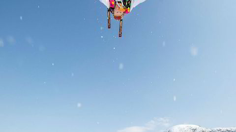 Freestyle-utøver Morten Kaspar Gudmundseth tar baklengs salto, med Myrkdalen Hotell i bakgrunnen.