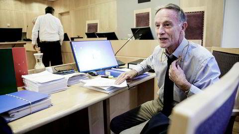 Tirsdag startet Økokrims sak mot svindeltiltalte Geir Jøran Wilhelmsen, som ikke ønsket å la seg avbilde. Forsvarer for Wilhelmsen er Benedict de Vibe (bildet).