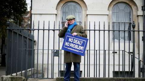 En brexittilgenger står utenfor parlamentet i Storbritannia 15. januar. Hedgefond-topp Crispin Odey er ikke helt enig i demonstrantens skilt – han satser på at å forlate EU uten avtale vil skape økonomiske problemer og at pundet dermed vil synke.