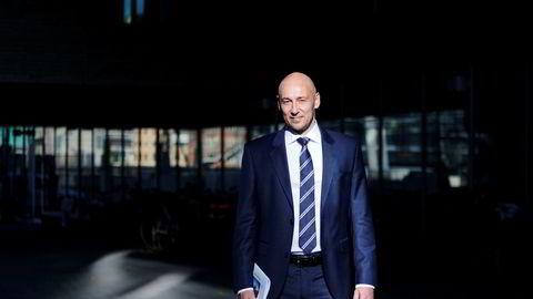 Oljeanalytiker Helge Andre Martinsen i DNB Markets senker sitt oljeprisanslag for 2019 fra 75 dollar til 70 dollar fatet.