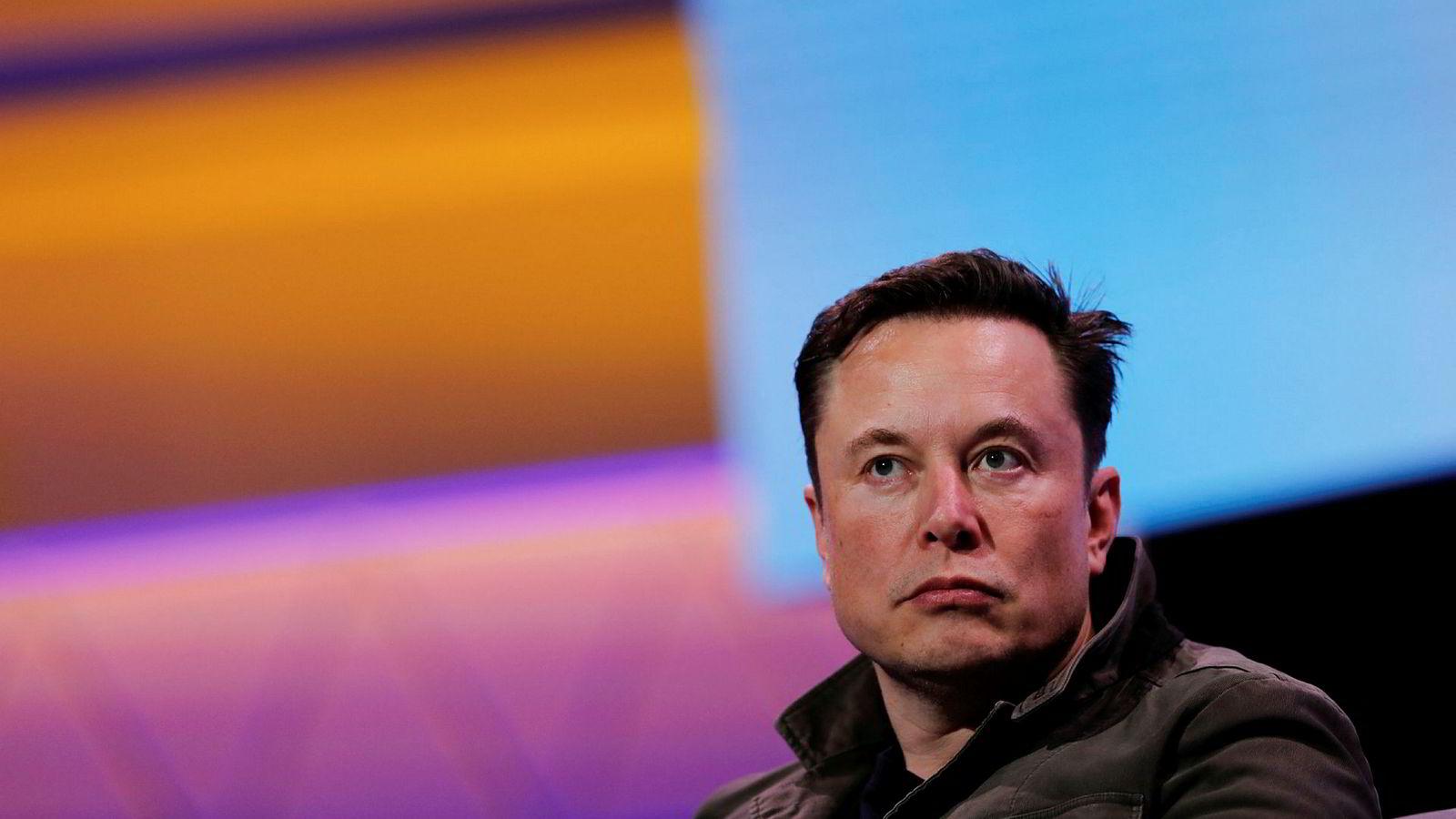 Tesla-topp Elon Musk vil se hvordan deres nyeste Model S klarer seg i duell mot Porsches elbil Taycan.