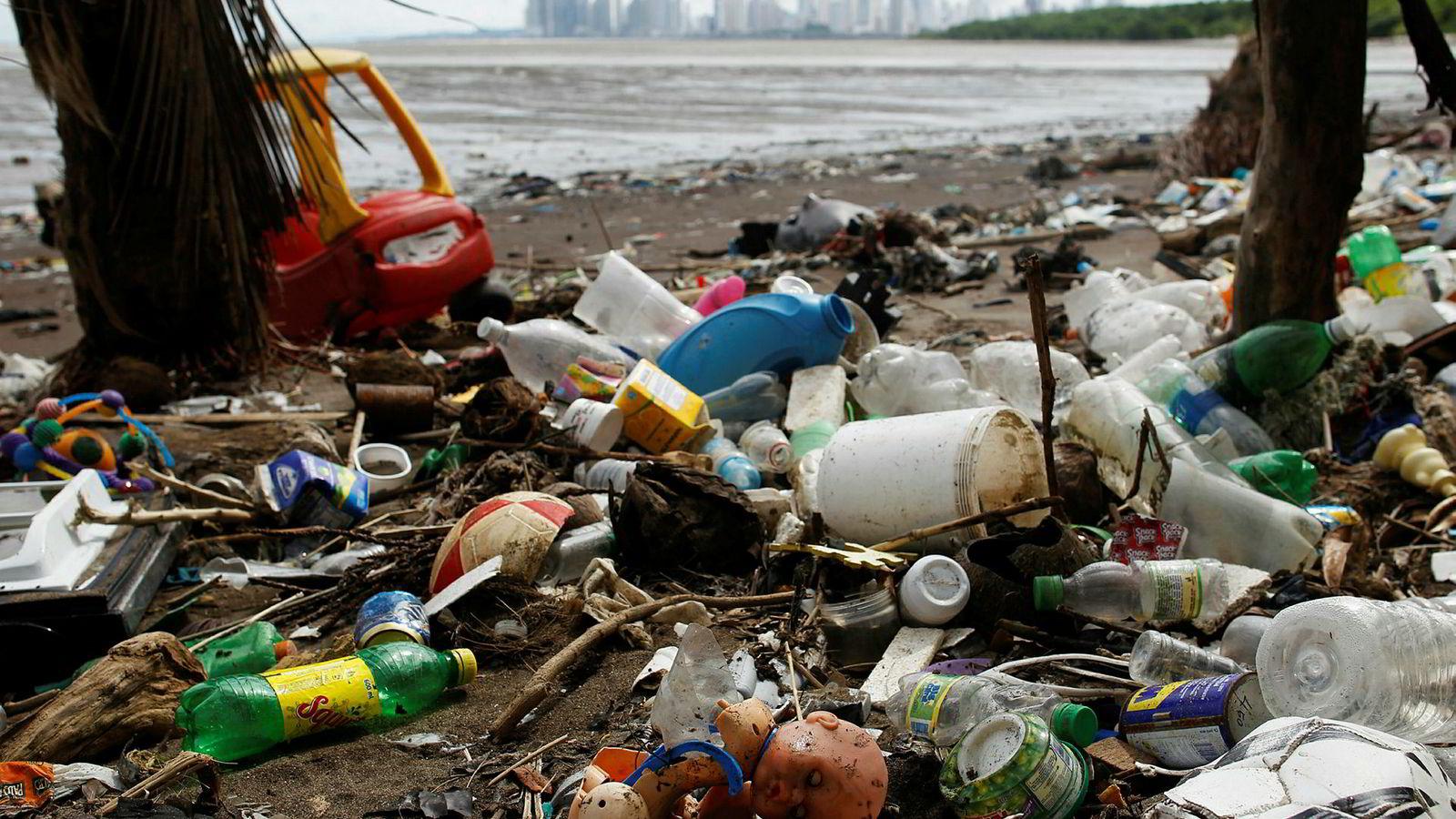 FN-rapport tar til orde for et nytt økonomisk system for å hindre at planeten ødelegges. Bildet viser forsøpling på en strand i nærheten i Panama City.