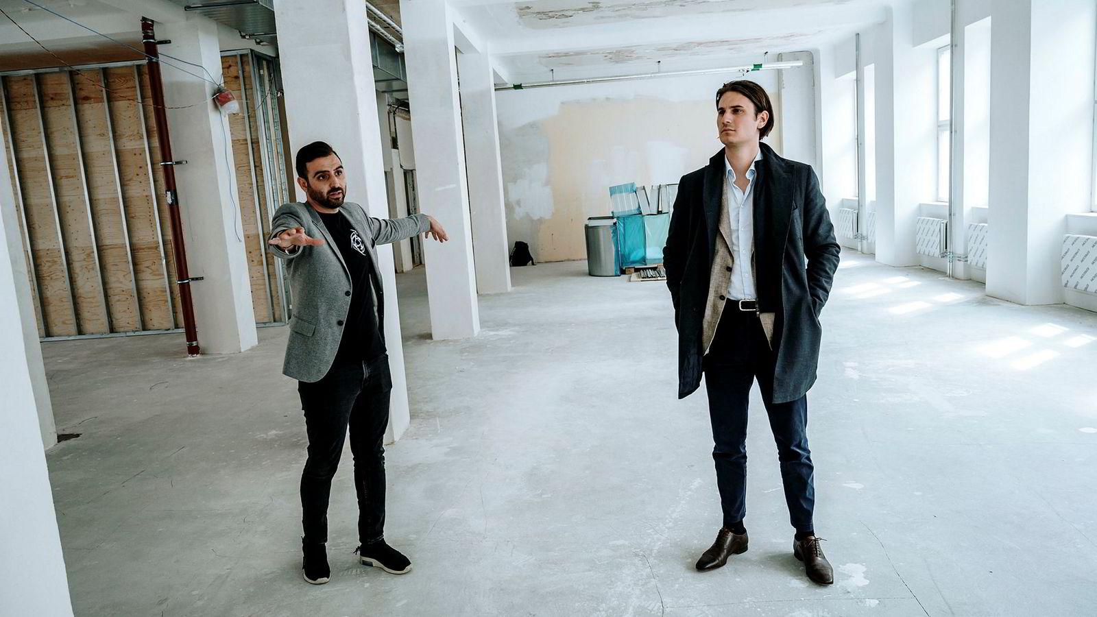 Hicham Chahine viser frem det som skal bli Ninjas in Pyjamas' nye lokaler sør i Stockholm. Til høyre står styreleder og investor Thomas Neslein.