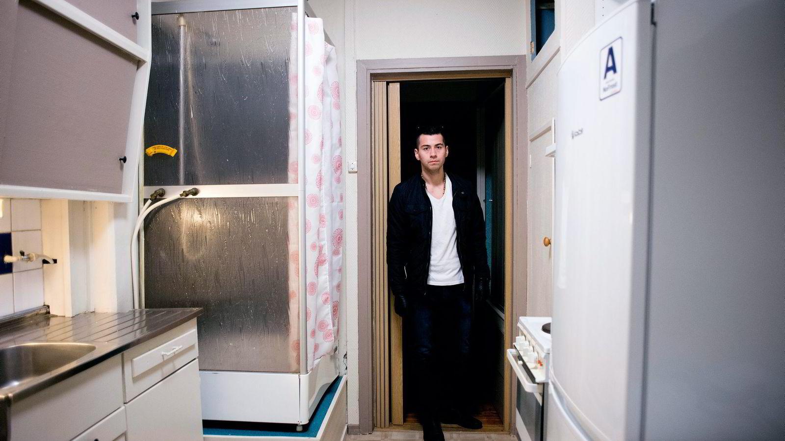 Ivan Rodriguez (25) overtok sin nykjøpte leilighet ved St. Hanshaugen i Oslo tirsdag ettermiddag. Den gikk langt over prisantydning, men med mor som kausjonist vant han budrunden til slutt. Nå gleder han seg til å gå i gang med oppussing av kjøkkenet.