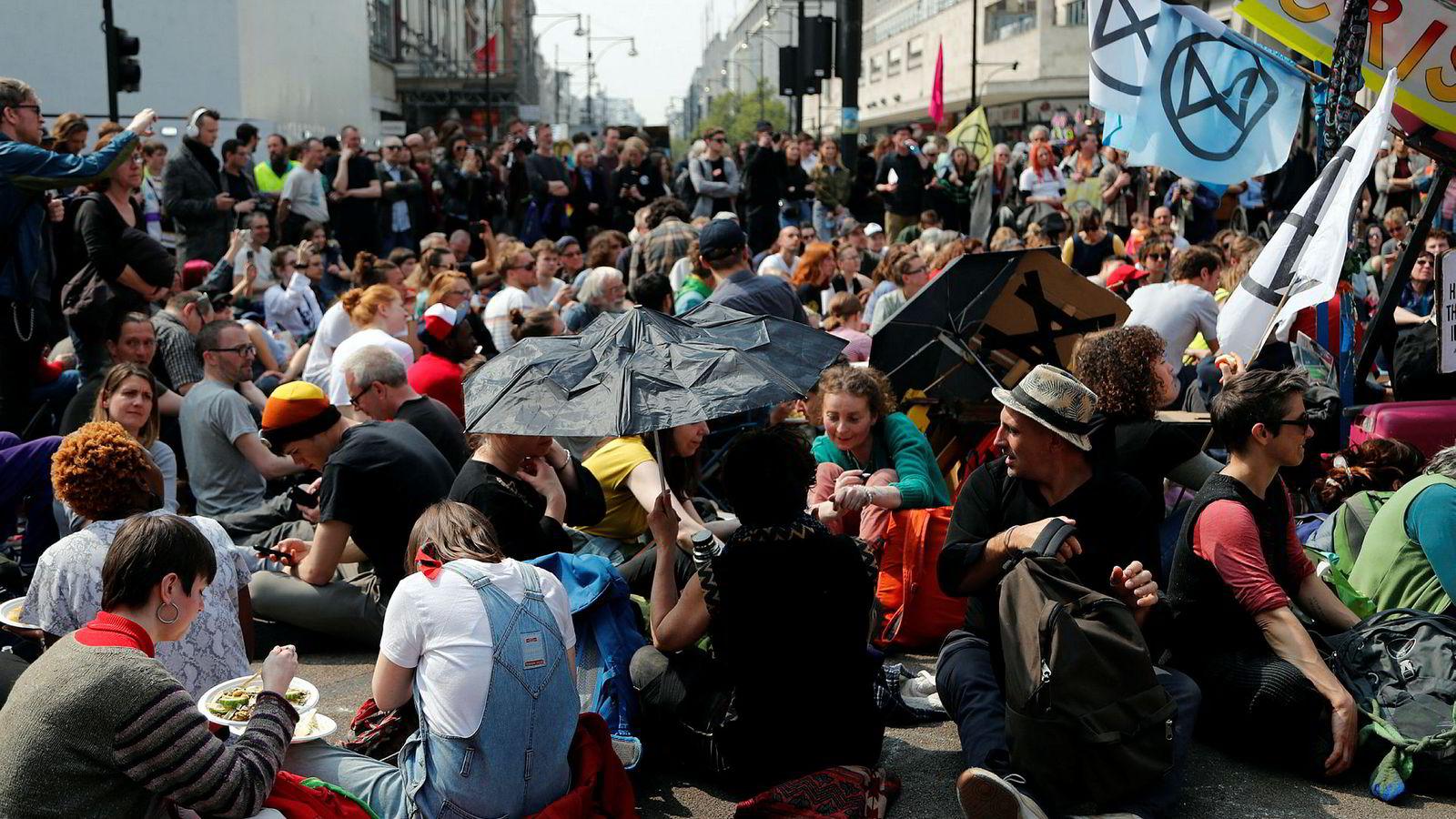 Demonstranter blokkerer Oxford Circus i London som en del av klimaprotestene arrangert av klimaaktivistgruppen Extinction Rebellion.