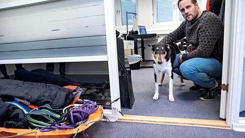 Jesper Melin drar til Grønland i tre måneder for å teste ut et nytt prosjekt for Pasientsky. Hunden Codee må være hjemme.