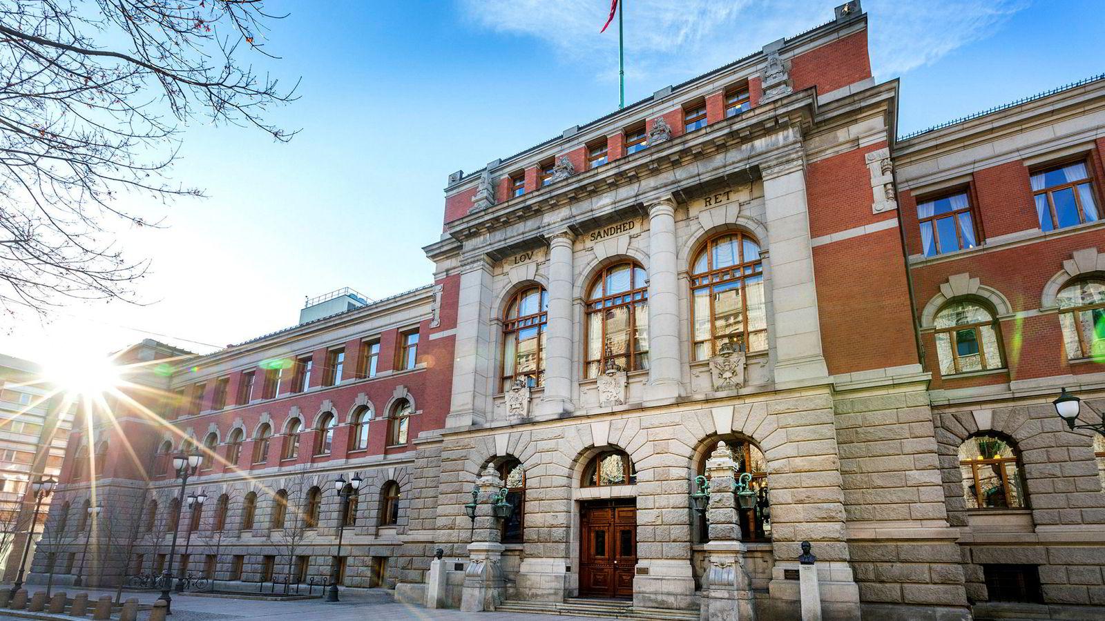 Rettstilstanden Høyesterett nå har stadfestet er velbegrunnet i lys av samfunnsutviklingen, hvor arbeidstagergruppen i større grad er sammensatt av ansatte med ulik utdannelse og bakgrunn, skriver artikkelforfatterne. Her fra Høyesteretts hus i Oslo.