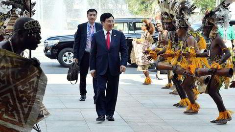 Statsledere fra 21 Apec-land rundt Stillehavet samles i helgen i Papua Ny-Guinea. Kina forsøker å skaffe seg innflytelse i den fattige, tidligere australske kolonien. Her ankommer Vietnams utenriksminister Pham Binh Minh.