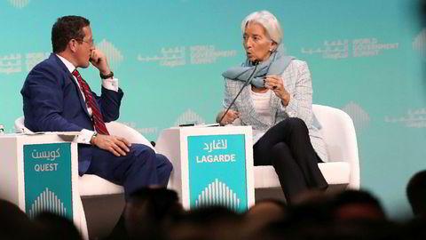 IMFs toppsjef Christine Lagarde kom med advarsler om en svakere utvikling i verdensøkonomien under åpningen av World Government Summit i Dubai på søndag. Her med CNN-programleder Richard Quest.