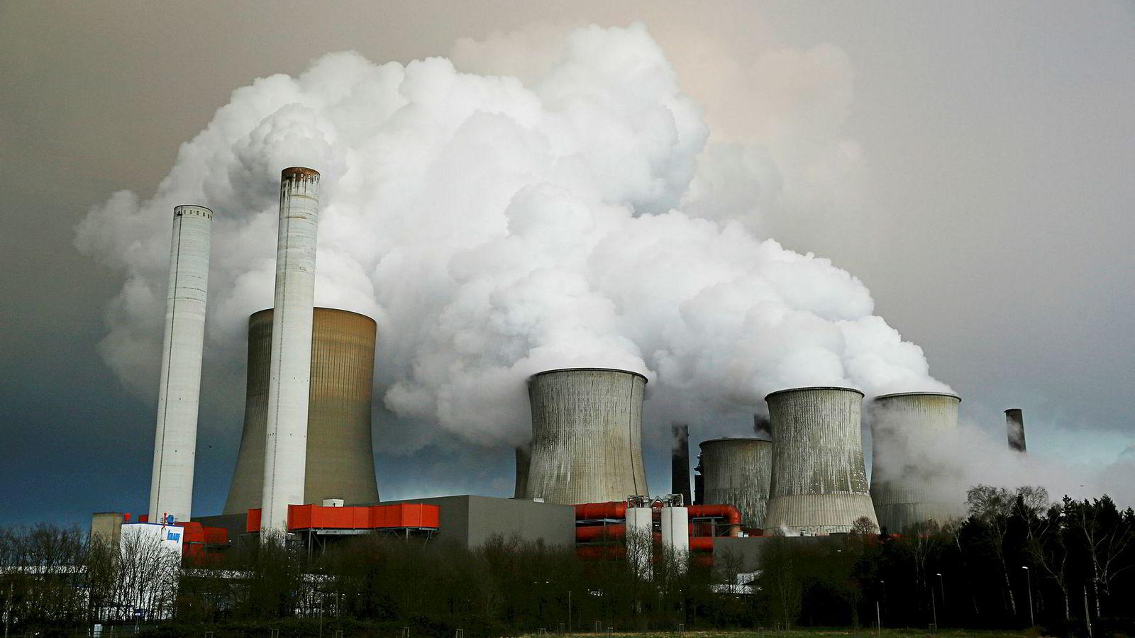 Dersom vi skal nå de globale klimamålene, må resten av verden følge Norges eksempel. Det tar lang tid å bytte ut bilparken. Vi kan ikke vente til kullkraftverkene er faset ut. Her kullkraftverket RWE i Köln, Tyskland som er et av Europas største.