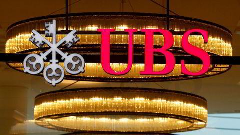 Logoen til den sveitsiske storbanken UBS henger utstilt ved en filial i Basel.