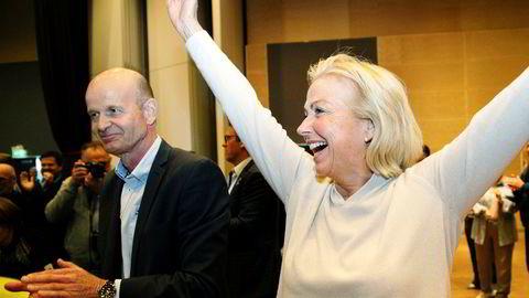 Nyvalgt idrettspresident Berit Kjøll jubler etter valgseieren 26. mai. Til venstre applauderer Sven Mollekleiv, som tapte kampen med knappest mulig margin.