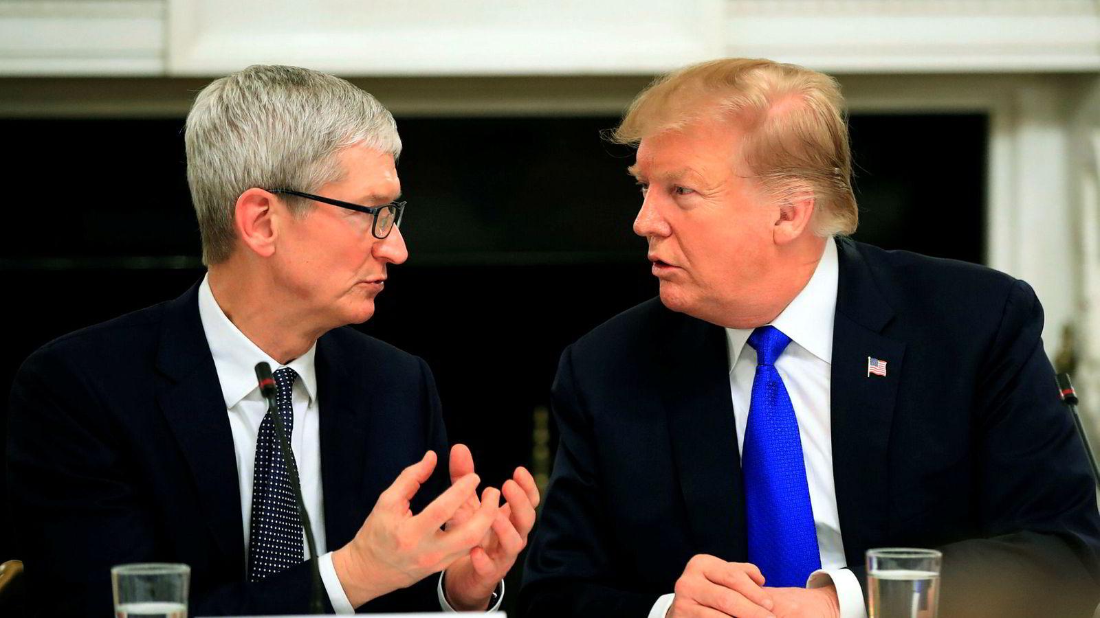 Apples konsernsjef Tim Cook har klart å forklare Donald Trump at amerikanske selskaper og forbrukere må ta regningen på straffetoller som innføres på kinesisk import. De to spiste middag sammen sist fredag og diskuterte blant annet konsekvensene av handelskrigen. Bildet er fra en tidligere anledning.