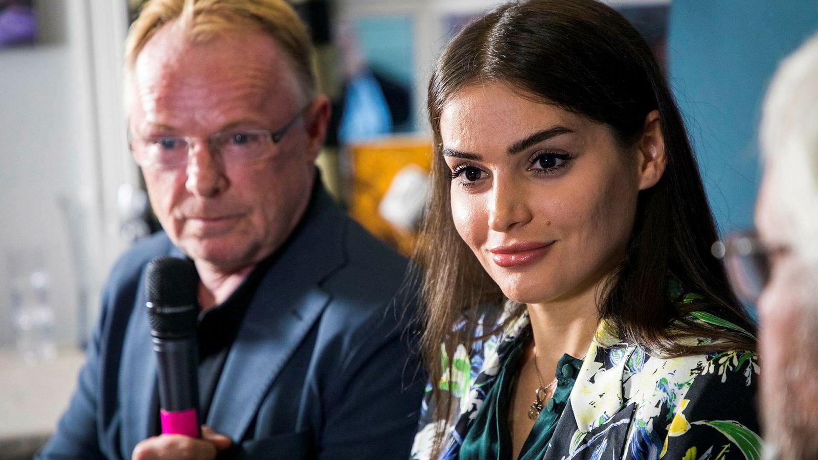 Per Sandbergs kjæreste Bahareh Letnes går kraftig ut mot skribent Mina Ghabel Lunde. Bildet er fra en felles pressekonferanse mellom Letnes og Sandberg etter at Sandberg trakk seg som fiskeriminister.