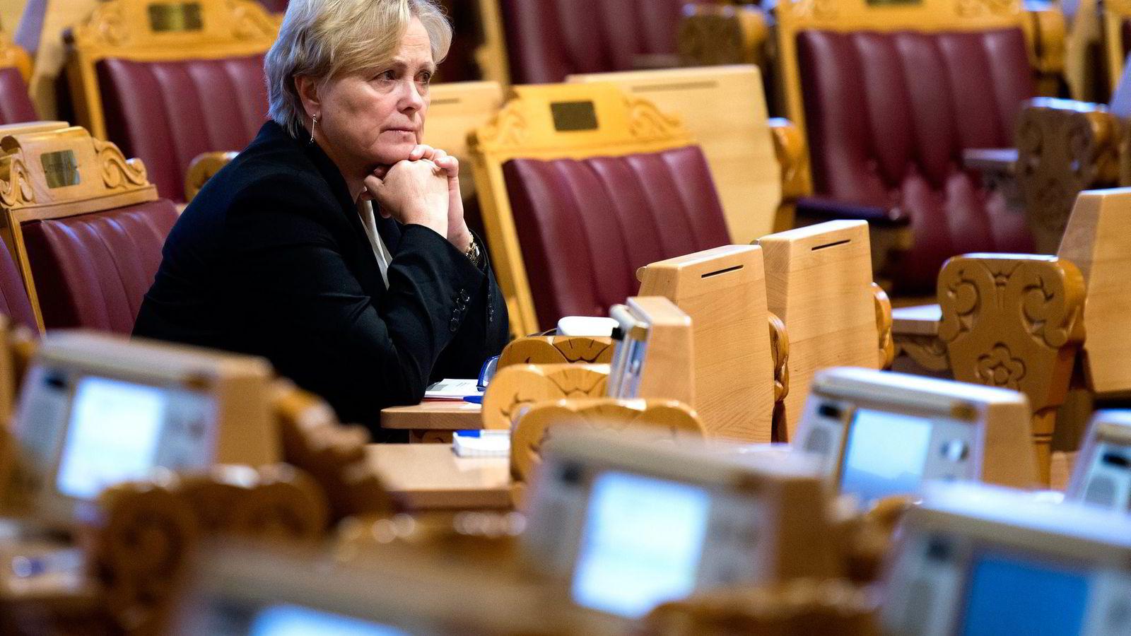 Man kan undres om kulturminister Thorhild Widvey har glemt sin ombudsmannsrolle, skriver artikkelforfatteren. Her Thorhild Widvey under spørretimen i Stortinget.