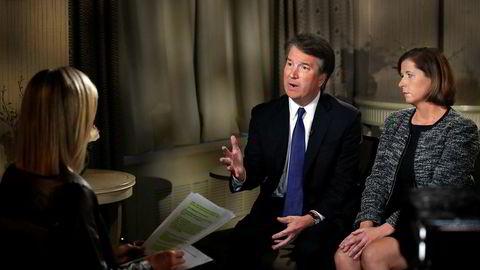 Brett Kavanaugh og hans kone Ashley Kavanaugh svarer på spørsmål under et intervju på tv-programmet FOX News mandag.