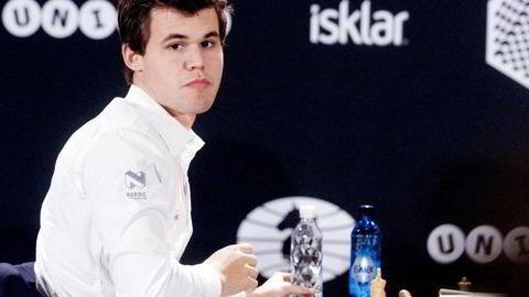 Unibets logo har vært godt synlig bak Magnus Carlsens rygg under NRKs sendinger fra sjakk-VM i hurtigsjakk i Berlin. Foto: Ole Kristian Strøm/VG