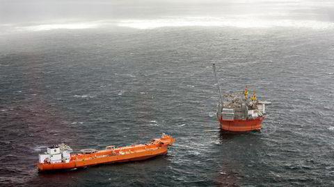 Oljeproduksjonen på «Goliat» i Barentshavet ble nær halvert i fjor på grunn av reparasjoner og stoppordre fra myndighetene. Nylig leverte oljeplattformen oljelast nummer 50 til en oljetanker. Foto: Aleksander Nordahl